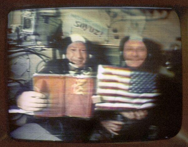 Il cosmonauta sovietico Alexey Leonov e l'astronauta americano Thomas Stafford rispondono alle domande dei giornalisti durante la prima conferenza stampa spaziale  - Sputnik Italia
