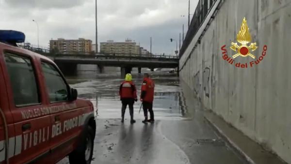 I sommozzatori dei Vigili del fuoco hanno individuato l'auto sommersa  dall'acqua in un sottopassaggio in viale Regione Siciliana - Sputnik Italia