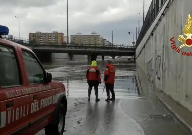 I sommozzatori dei Vigili del fuoco hanno individuato l'auto sommersa  dall'acqua in un sottopassaggio in viale Regione Siciliana