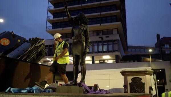 Una scultura di Marc Quinn che interpreta Jen Reid, intitolata A Surge of Power (Jen Reid) 2020, è stata collocata su un piedistallo a Bristol, in Gran Bretagna, il 15 luglio 2020 - Sputnik Italia