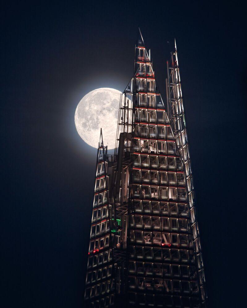 La foto La luna e la guglia del fotografo britannico Mathew Browne della categoria La nostra Luna, Insight Investment Astronomy Photographer 2020