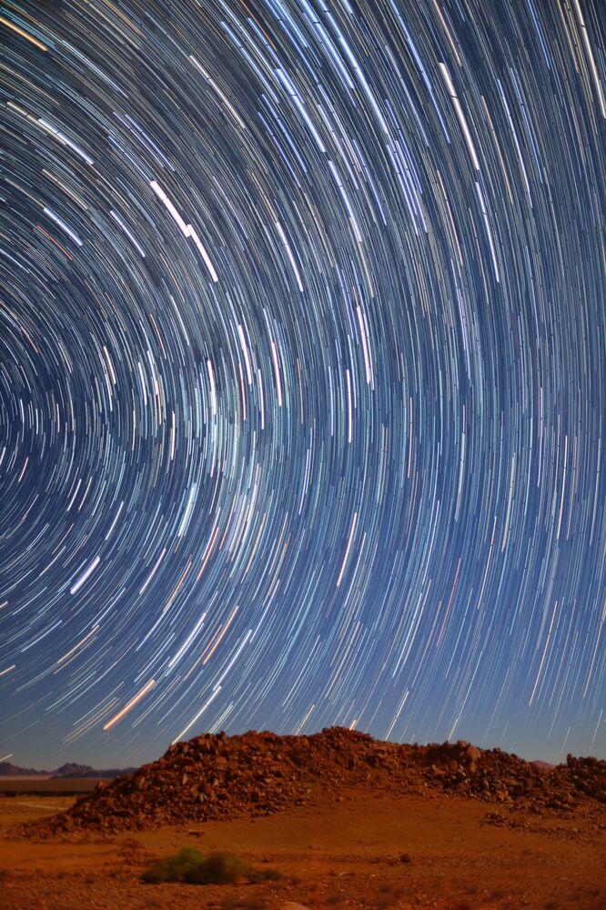 La foto Una scia di stelle nel deserto del Namib del fotografo australiano Qiqige (Nina) Zhao, Insight Investment Astronomy Photographer 2020