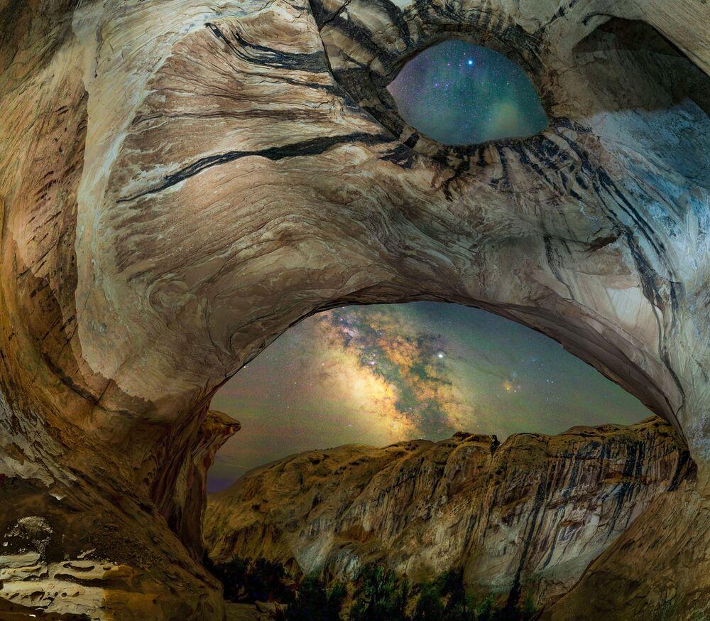 La foto La grotta dei cavalli selvatici del fotografo americano Bryony Richards, Insight Investment Astronomy Photographer 2020