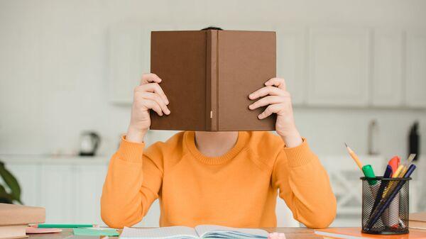 Un ragazzo legge un libro - Sputnik Italia