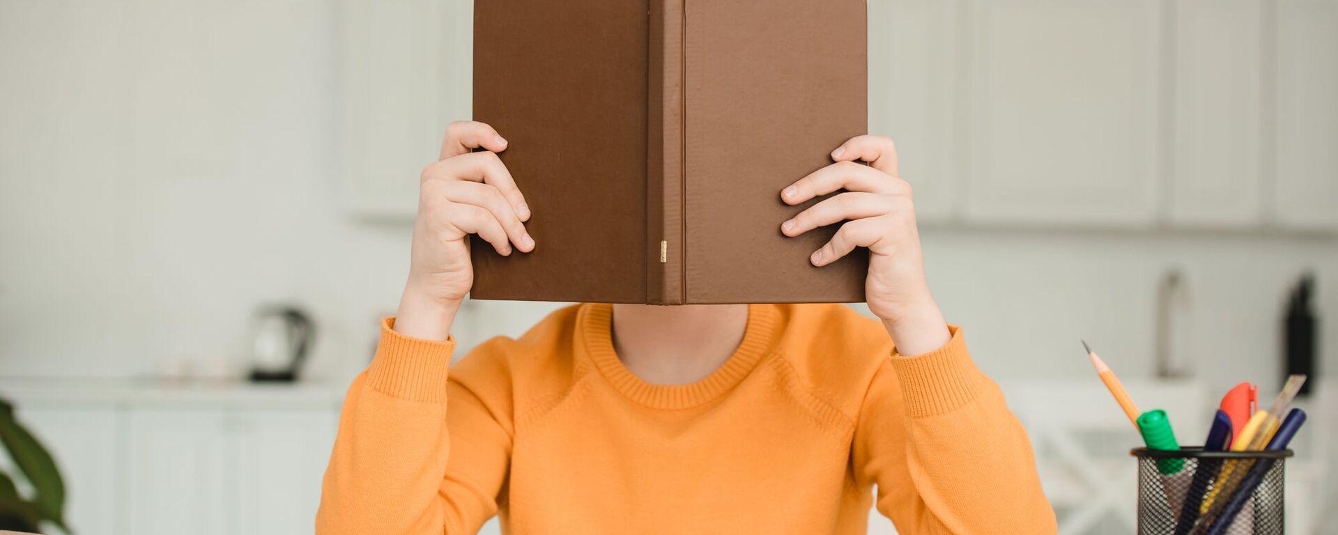 Un ragazzo legge un libro - Sputnik Italia, 1920, 22.06.2021