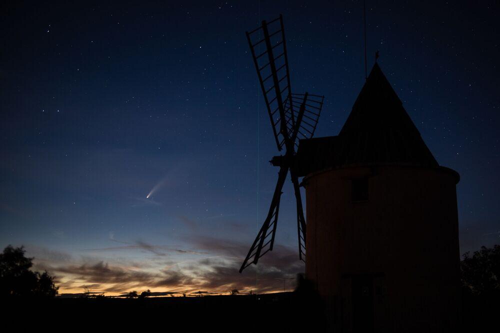 La cometa C/2020 F3 (NEOWISE) vista nei ceili della Francia