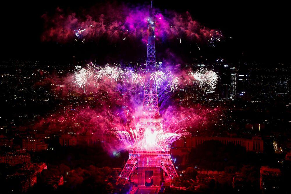 I fuochi d'artificio e la torre Eiffel visti nel Giorno della presa della Bastiglia.