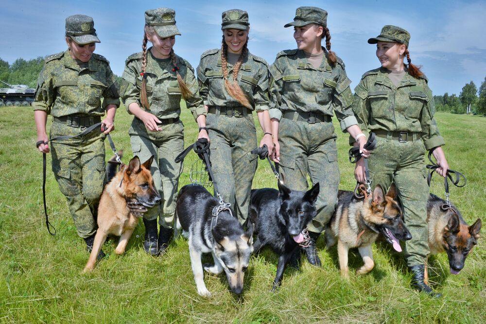 Ragazze con cani cinofili di servizio partecipano al concorso L'amico fedele nella regione di Mosca.