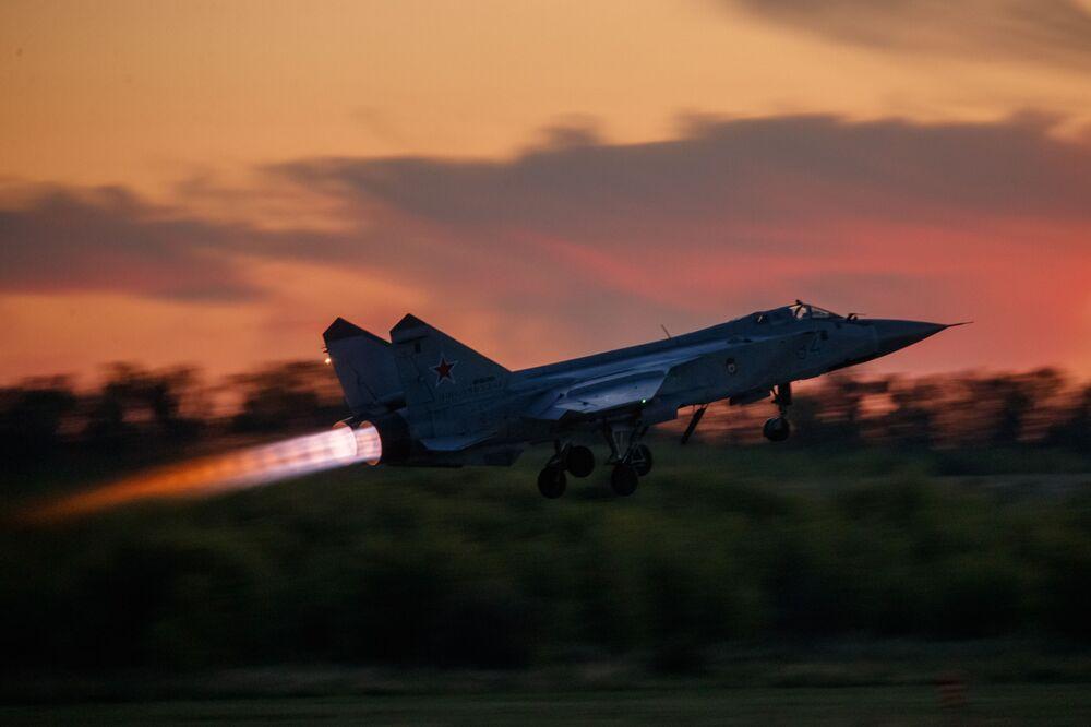 Il caccia MiG-31 durante un volo d'esercitazione a Lipetsk, Russia.