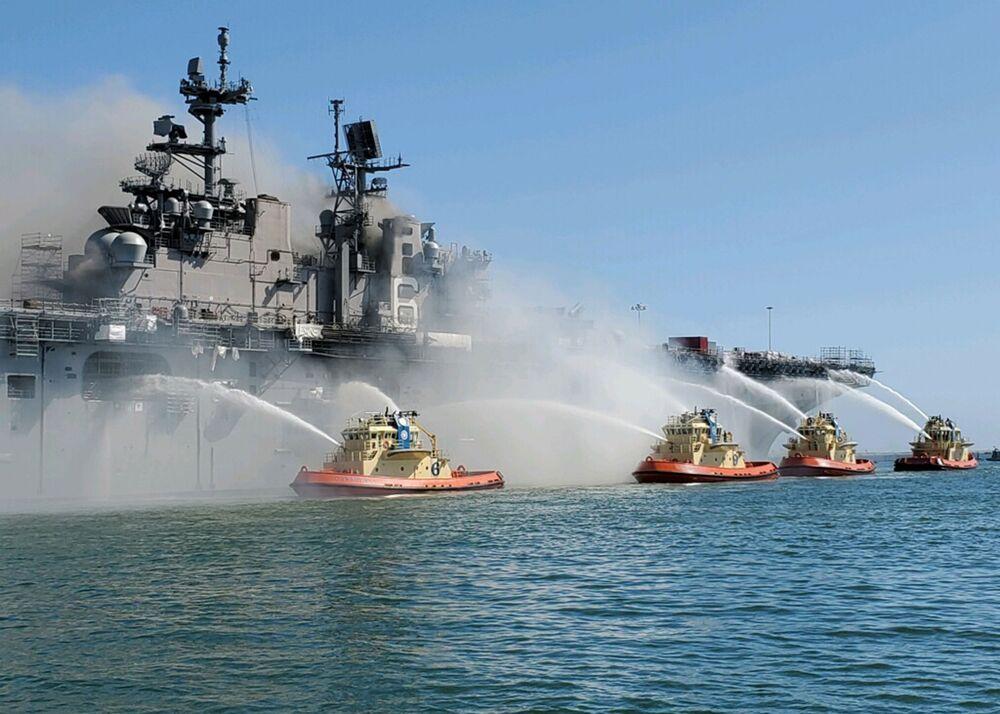 L'estinzione dell'incendio a bordo della nave USS Bonhomme Richard sulla base della Marina USA a San Diego.