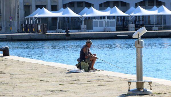 Un pescatore vicino alla Piazza Unità d'Italia - Sputnik Italia