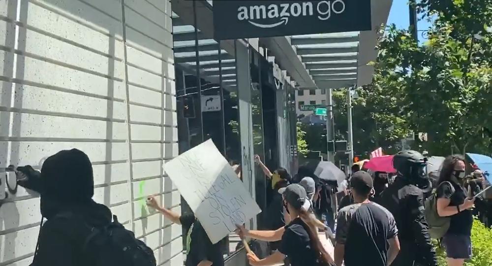 Screenshot di un video che mostra un assalto ad un negozio Amazon a Seattle