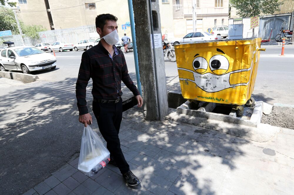 Bidone con la mascherina che fa parte del programma statale anti Covid-19 a Teheran, Iran.