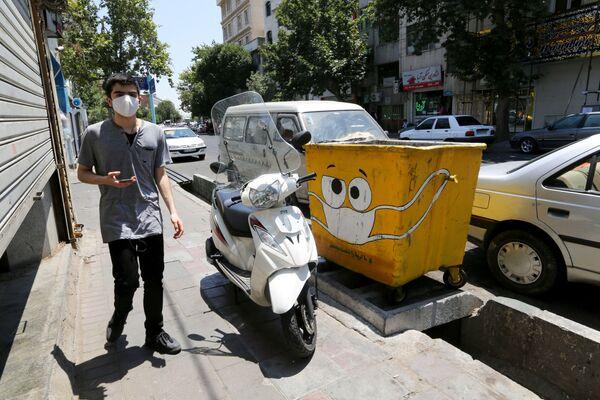 Bidone con la mascherina fa parte del programma statale anti Covid-19 a Teheran, Iran. - Sputnik Italia