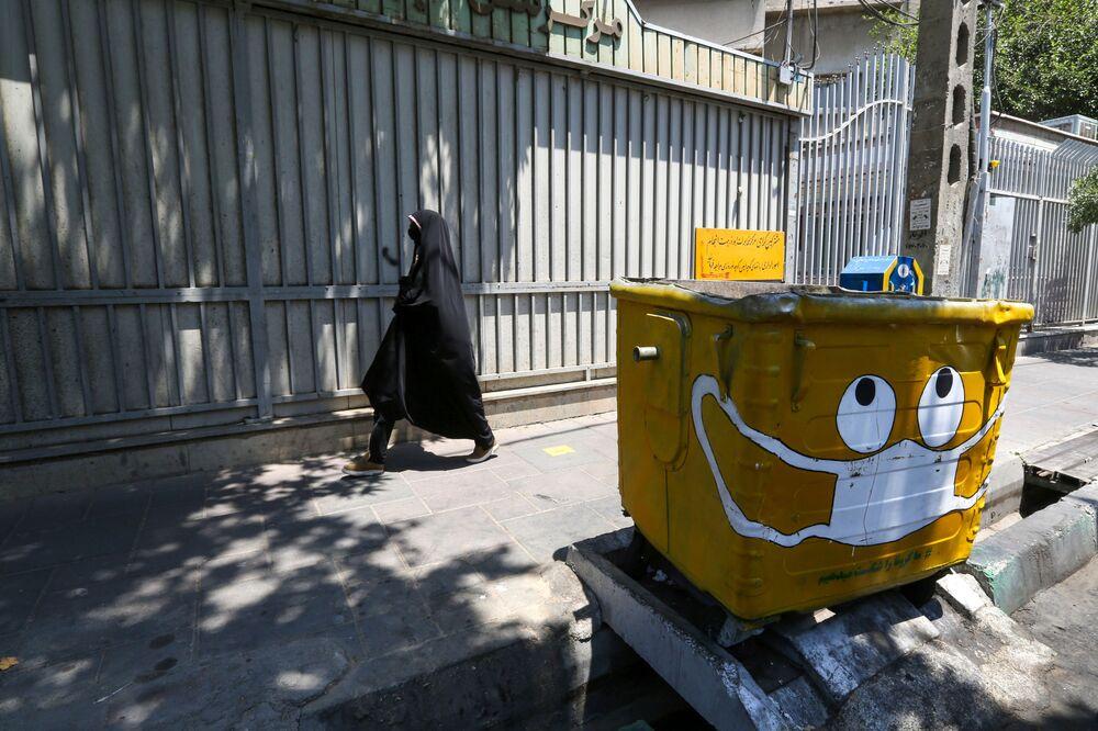 Bidone con la mascherina fa parte del programma statale anti Covid-19 a Teheran, Iran.
