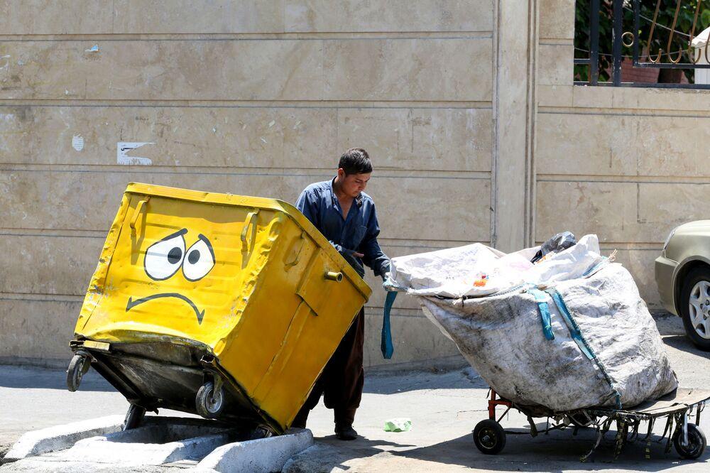 Bidone senza mascherina e con la faccia triste a Teheran, Iran.