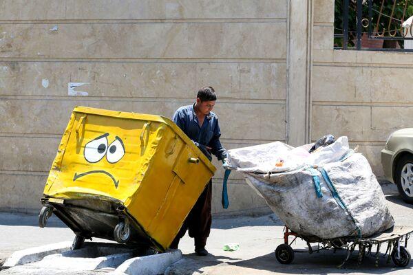 Bidone senza mascherina e con la faccia triste a Teheran, Iran. - Sputnik Italia