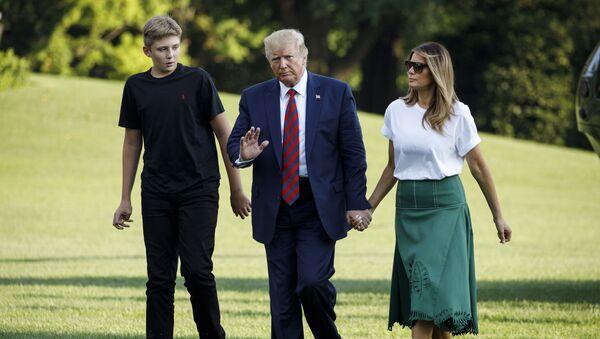 Il presidente Donald Trump, la first lady Melania Trump e loro figlio Barron Trump arrivano alla Casa Bianca a Washington, domenica 18 agosto 2019, al loro ritorno da Bedminster, New Jersey. - Sputnik Italia