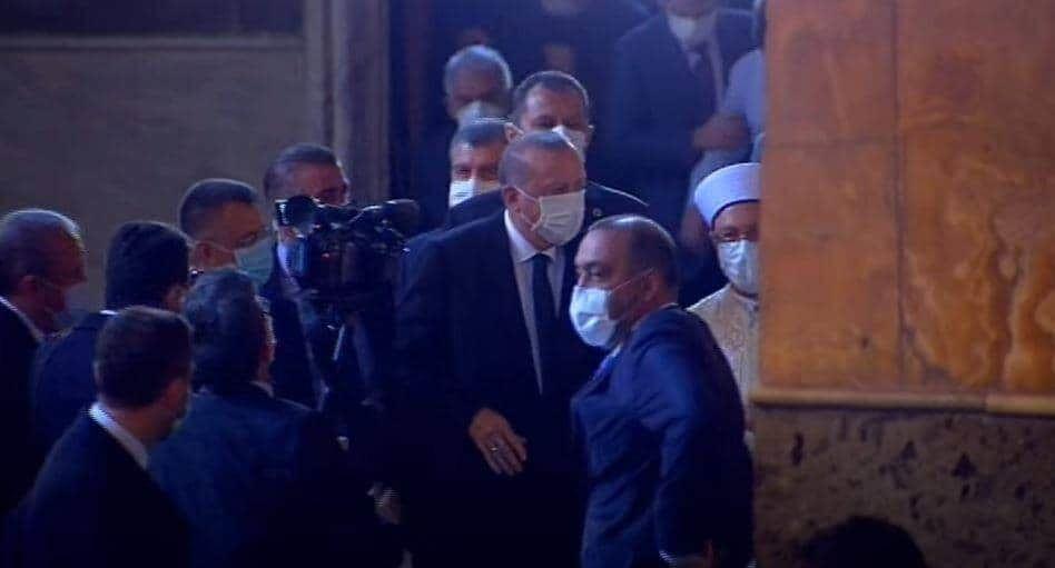 Il presidente turco Recep Tayyip Erdogan alla preghiera musulmana presso Santa Sofia a Istanbul