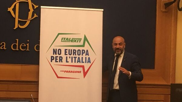"""L'ex grillino, senatore Gianluigi Paragone lancia e presenta a Roma il suo partito apertamente contrario all'Unione Europea - """"No Europa per l'Italia – Italexit con Paragone"""" - Sputnik Italia"""