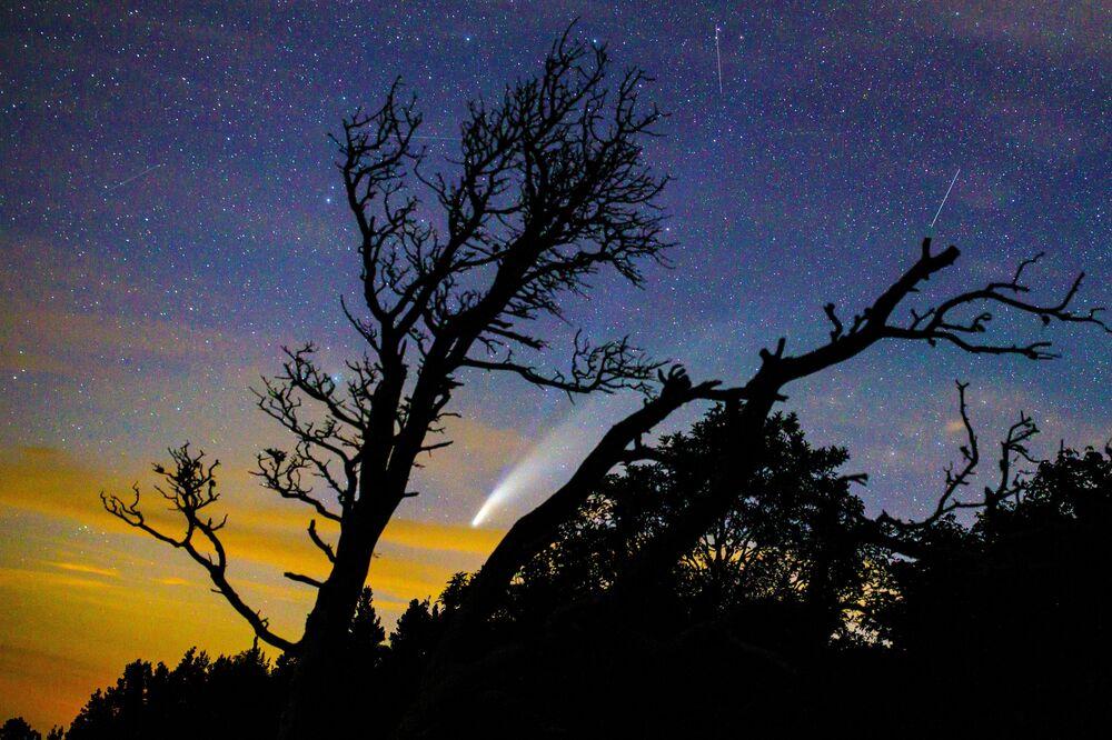 La cometa Neowise nel cielo sopra il Territorio di Krasnodar, Russia