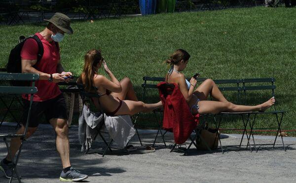 Le ragazze prendono il sole in un parco di New York, USA - Sputnik Italia