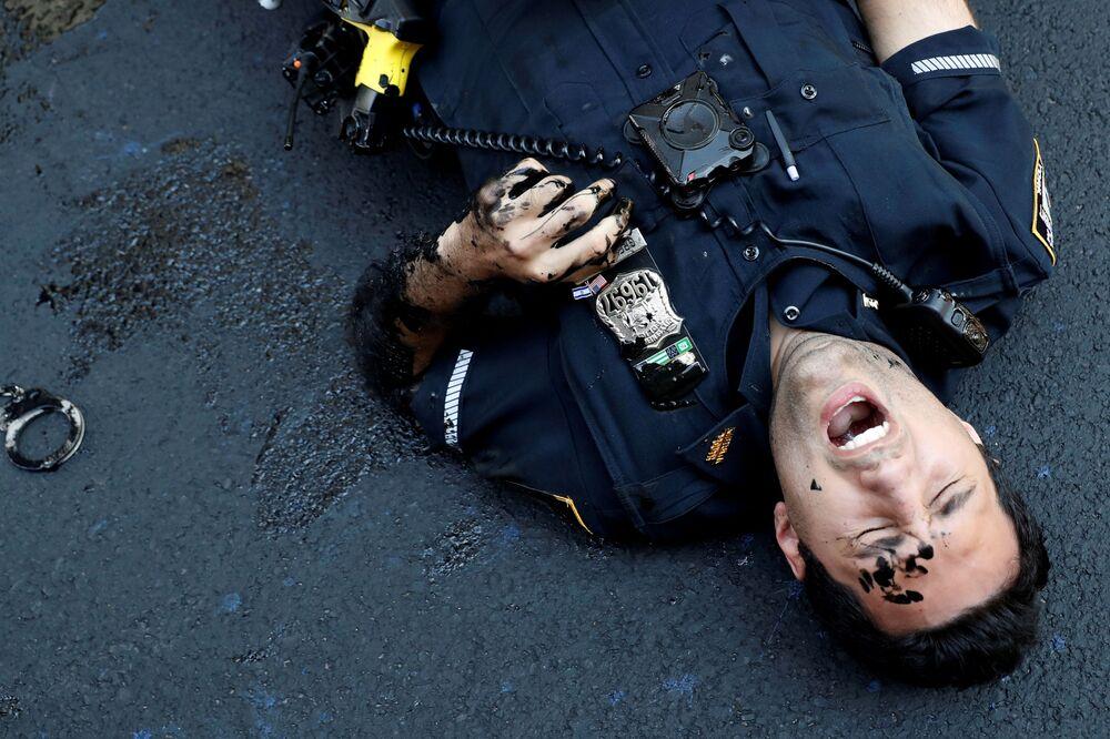 Un ufficiale del dipartimento di polizia di New York ferito dopo aver tentato di trattenere un manifestante vicino alla Trump Tower, New York City, USA, il 18 luglio 2020