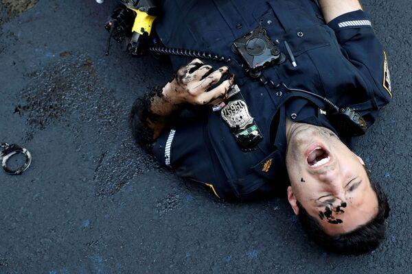 Un ufficiale del dipartimento di polizia di New York ferito dopo aver tentato di trattenere un manifestante vicino alla Trump Tower, New York City, USA, il 18 luglio 2020 - Sputnik Italia