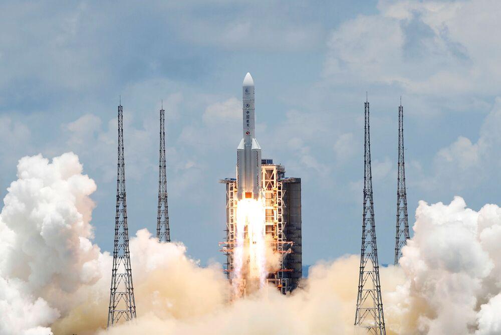 La Cina ha lanciato giovedì un razzo vettore con il suo primo rover marziano chiamato Tianwen-1