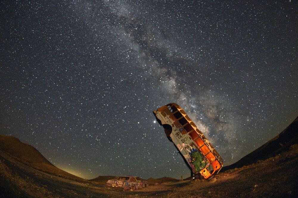 Un vecchio autobus sullo sfondo della Via Lattea, USA