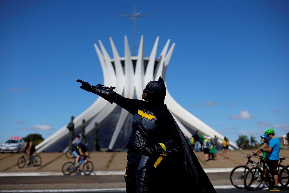 Un manifestante vestito da supereroe Batman prende parte a una manifestazione a sostegno del presidente brasiliano Jair Bolsonaro di fronte alla Cattedrale di Brasilia, Brasile, il 19 luglio 2020