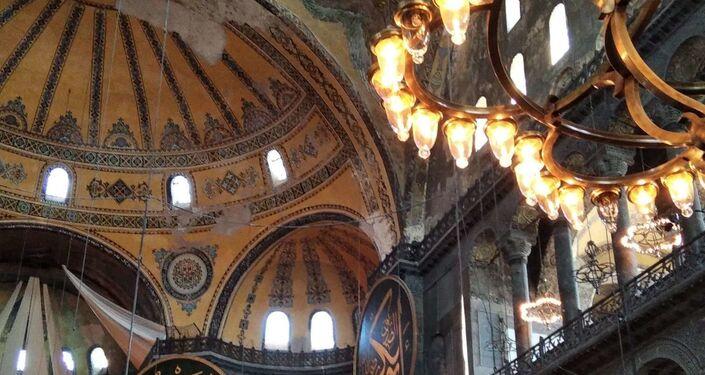 La basilica di Santa Sofia ufficialmente nota come Santa Moschea della Grande Hagia Sophia, uno dei principali monumenti di Istanbul