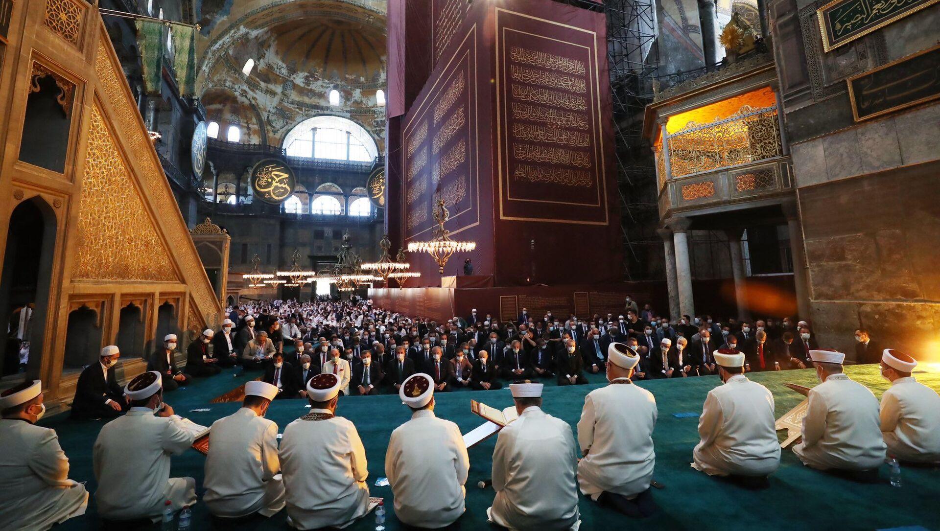 La prima preghiera musulmana dopo una pausa di 86 anni si svolge venerdì mattina presso Santa Sofia a Istanbul, trasformata in una moschea - Sputnik Italia, 1920, 13.05.2021