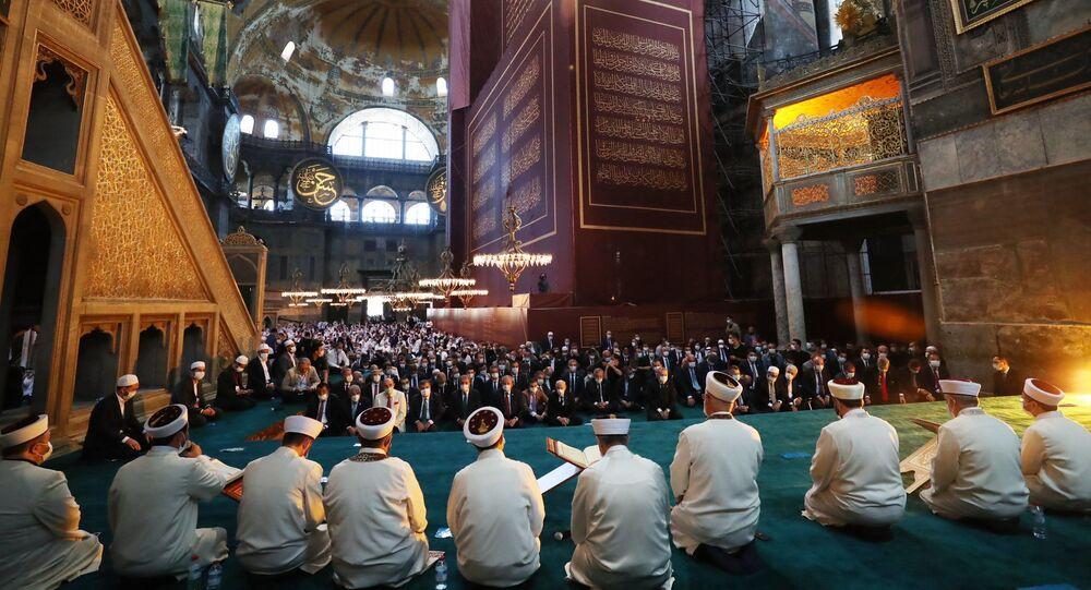 La prima preghiera musulmana dopo una pausa di 86 anni si svolge venerdì mattina presso Santa Sofia a Istanbul, trasformata in una moschea