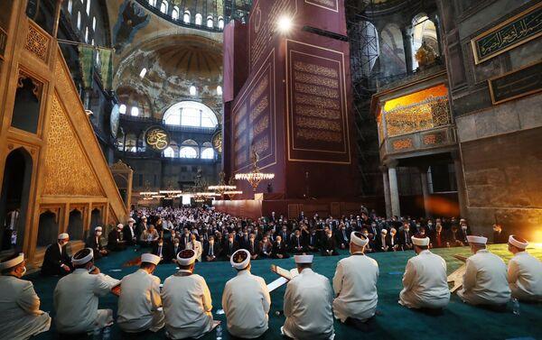 La prima preghiera musulmana dopo una pausa di 86 anni si svolge venerdì mattina presso Santa Sofia a Istanbul, trasformata in una moschea - Sputnik Italia