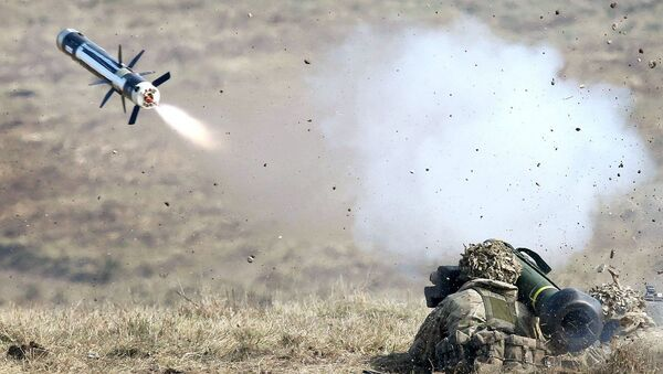 Американский военный во время тестирования переносного противотанкового ракетного комплекса FGM-148 Javelin - Sputnik Italia