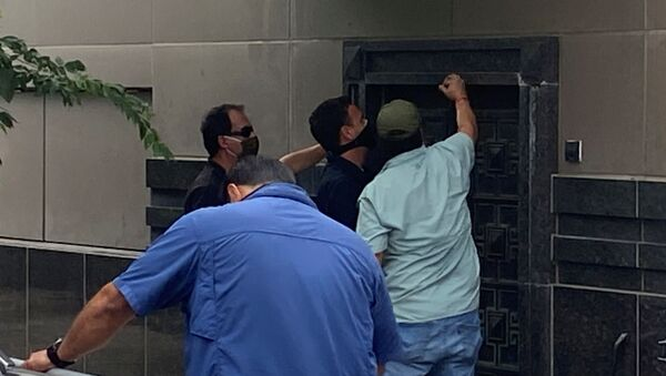 A group of people use power tools to try to pry open a rear door of the Chinese consulate in Houston, Texas, U.S., July 24, 2020. - Sputnik Italia