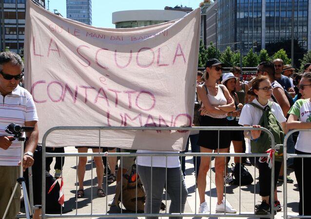 Manifestazione A Scuola a Milano