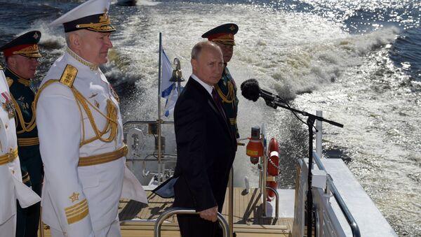 Il presidente russo Vladimir Putin alla parata navale a San Pietroburgo - Sputnik Italia