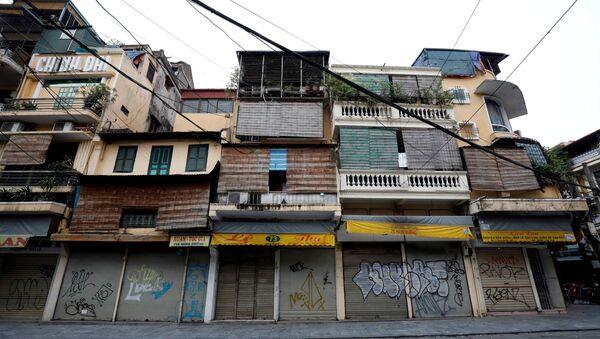 I negozi chiusi in una strada vuota di Hang Duong durante l'epidemia di coronavirus (COVID-19) ad Hanoi, Vietnam - Sputnik Italia