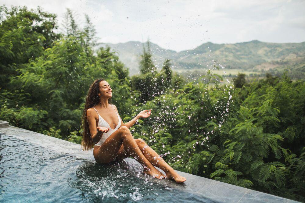 Una ragazza si rilassa vicino all'acqua in una piscina di Ubud in Indonesia