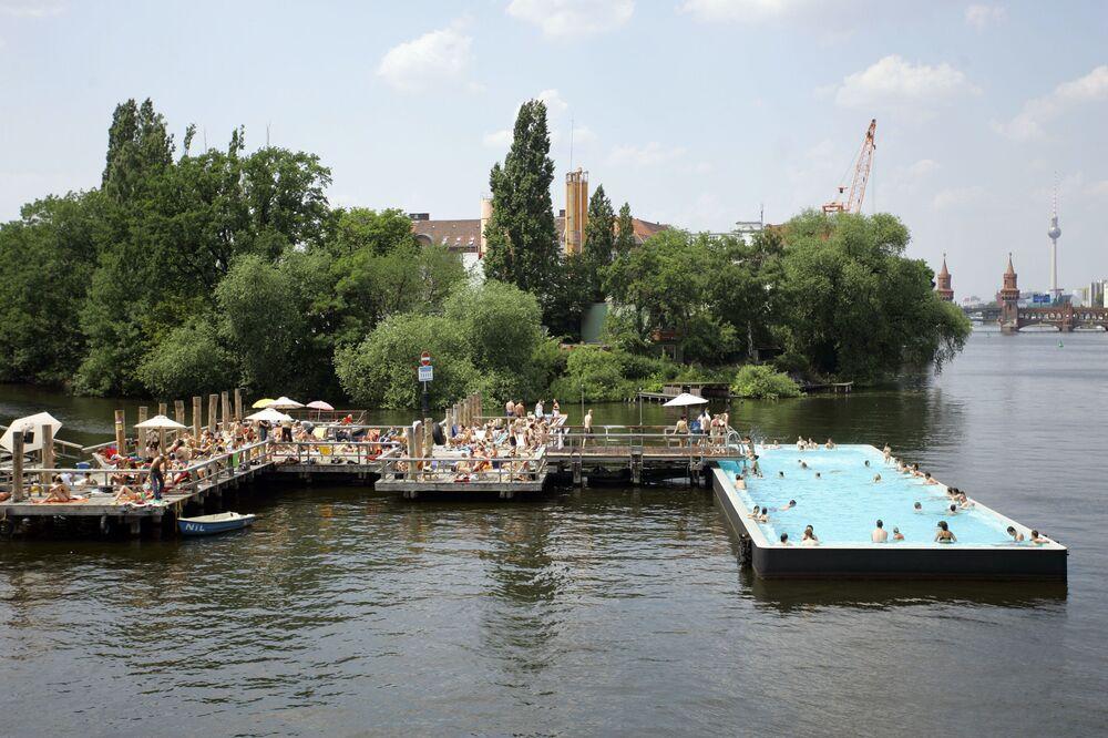 Una piscina ricavata nelle acque del fiume Spree a Berlino