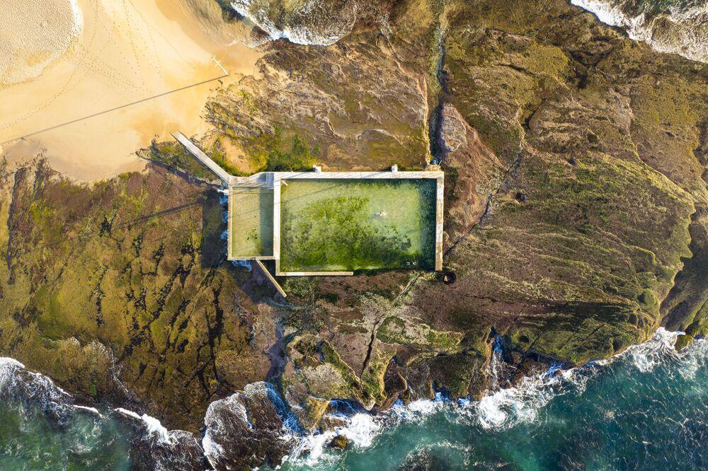 La piscina di Mona Vale lungo l'oceano Pacifico in Australia
