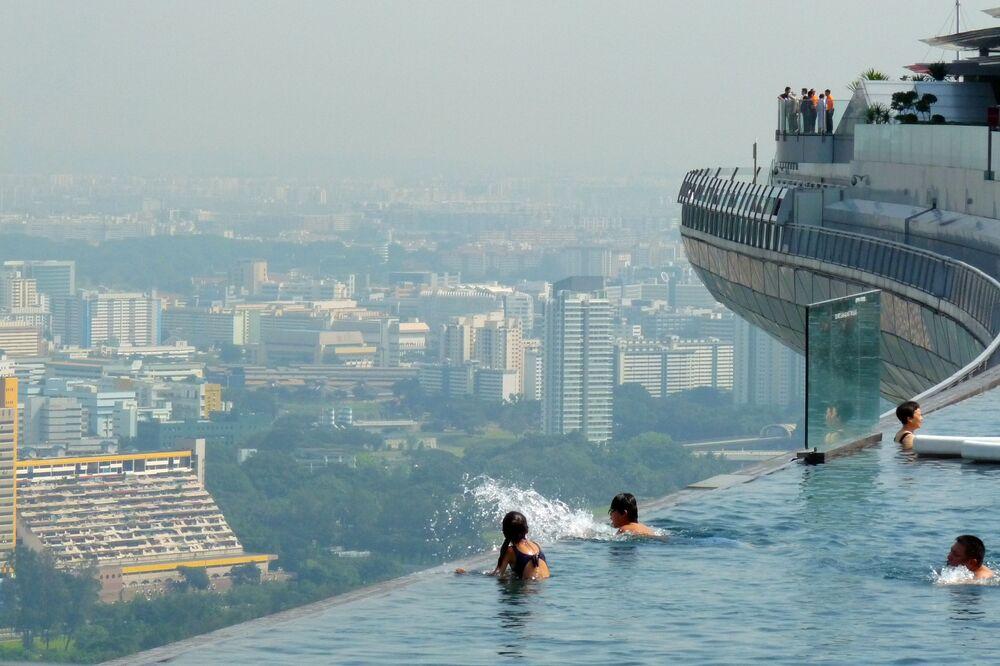 La piscina sul tetto del Sands Sky Park a Singapore