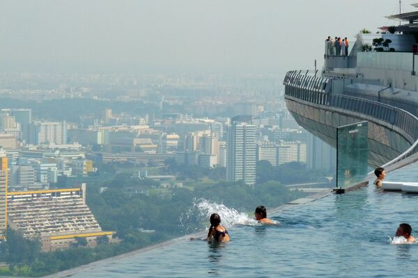 La piscina sul tetto del Sands Sky Park a Singapore - Sputnik Italia