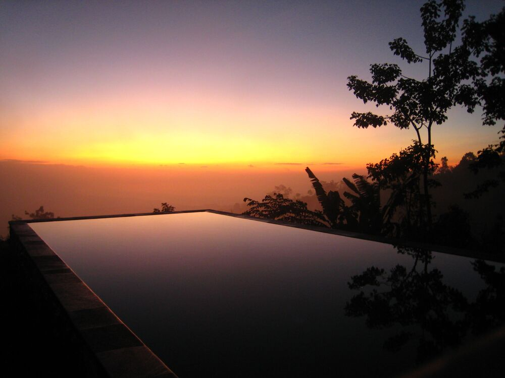 Piscina al tramonto a Bali