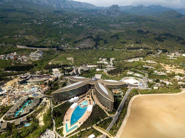La piscina a forma di foglio del Mriya Resort & Spa di Yalta - Sputnik Italia