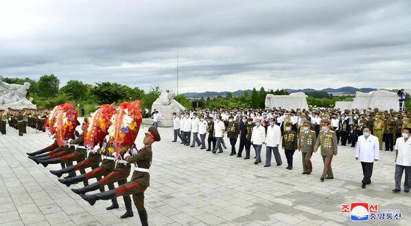 La cerimonia di posa dei fiori al Cimitero dei Martiri RIvoluzionari a Pyongyang. - Sputnik Italia