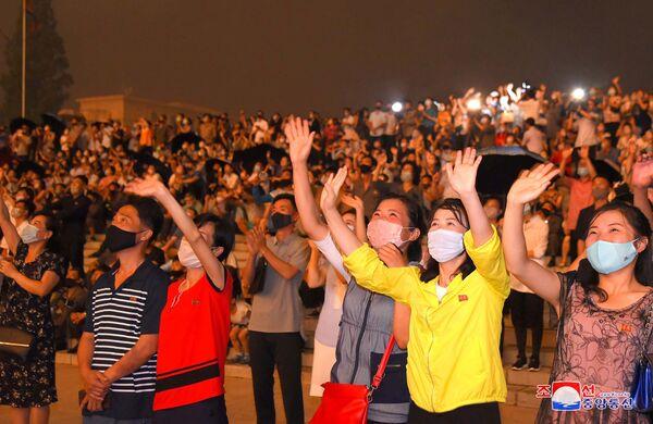 Folla in mascherina assiste allo spettacolo pirotecnico in occasione del 67° anniversario dell'Armistizio di Panmunjeom. - Sputnik Italia