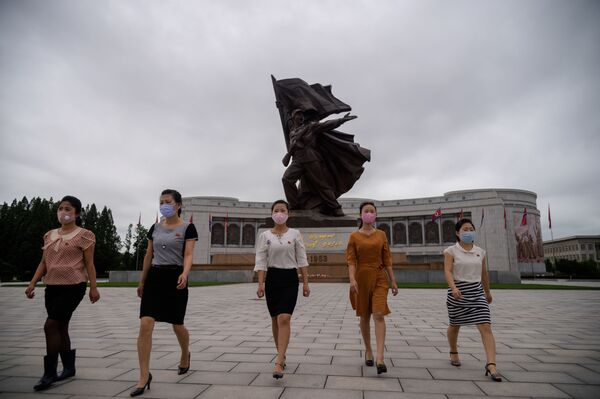 Ragazze nordcoreane e il monumento Vittoria a Pyongyang. - Sputnik Italia